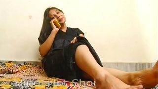 Indian sexy bitch masturbates on phone